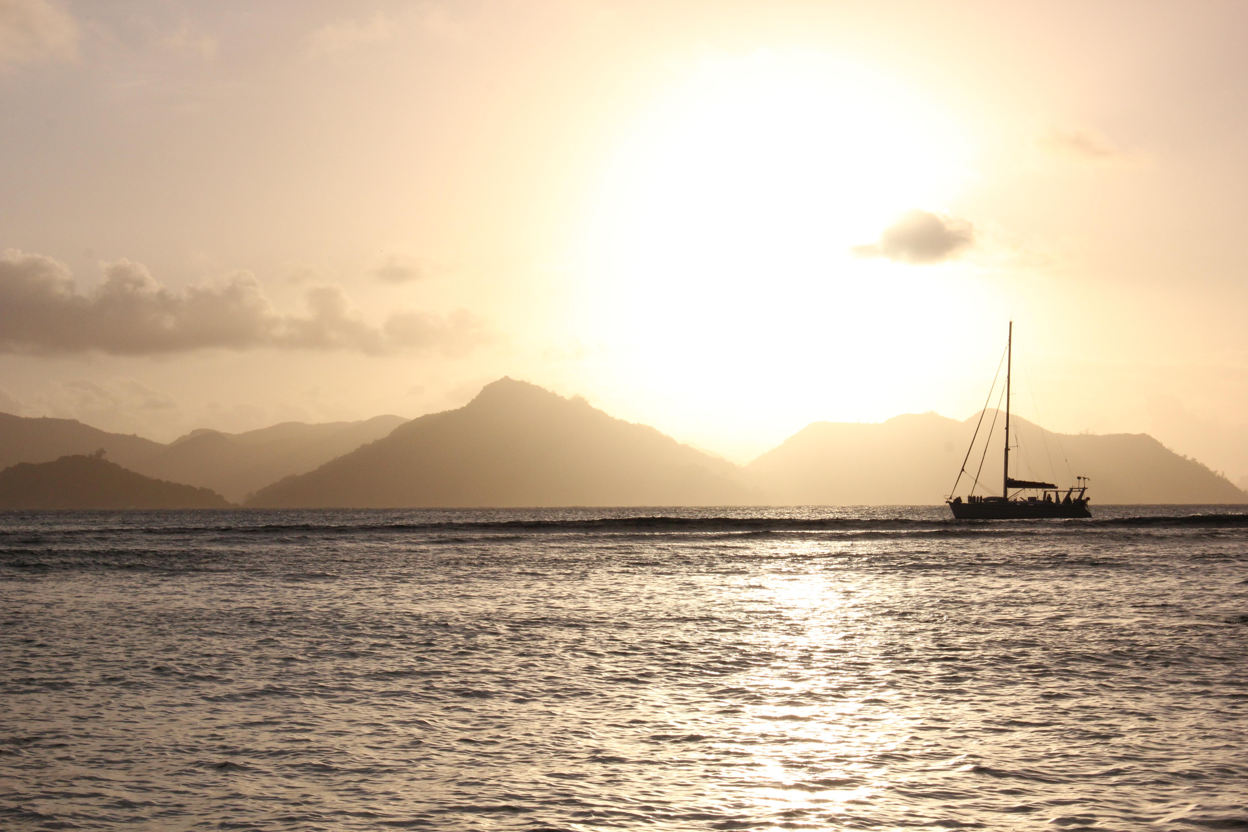 Zonsondergang op de Seychellen op een gratis strand op La Digue