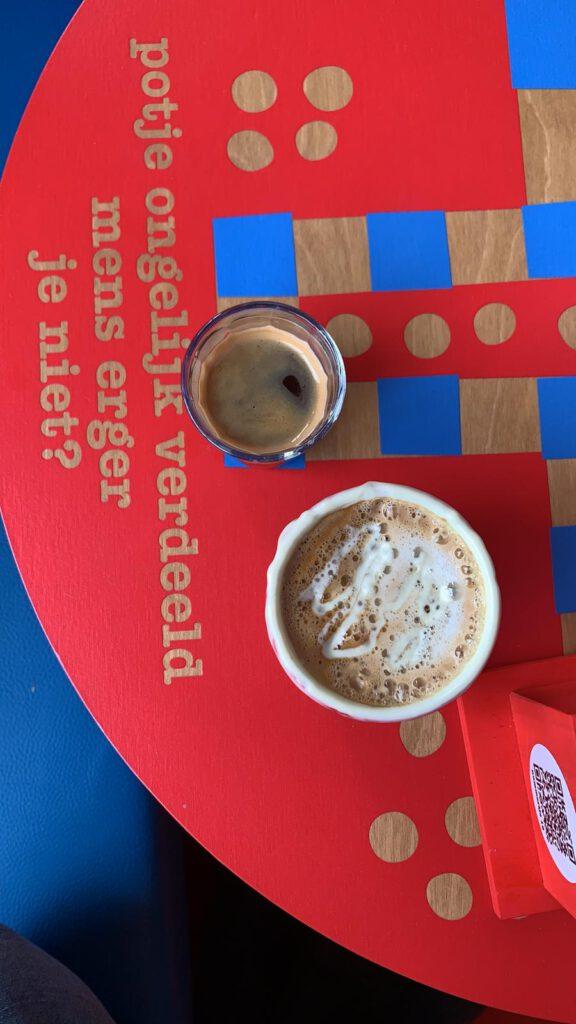 Staycation Amsterdam - Reisgelukjes - Koffie bij Tony's Chocolonely Chocalte bar
