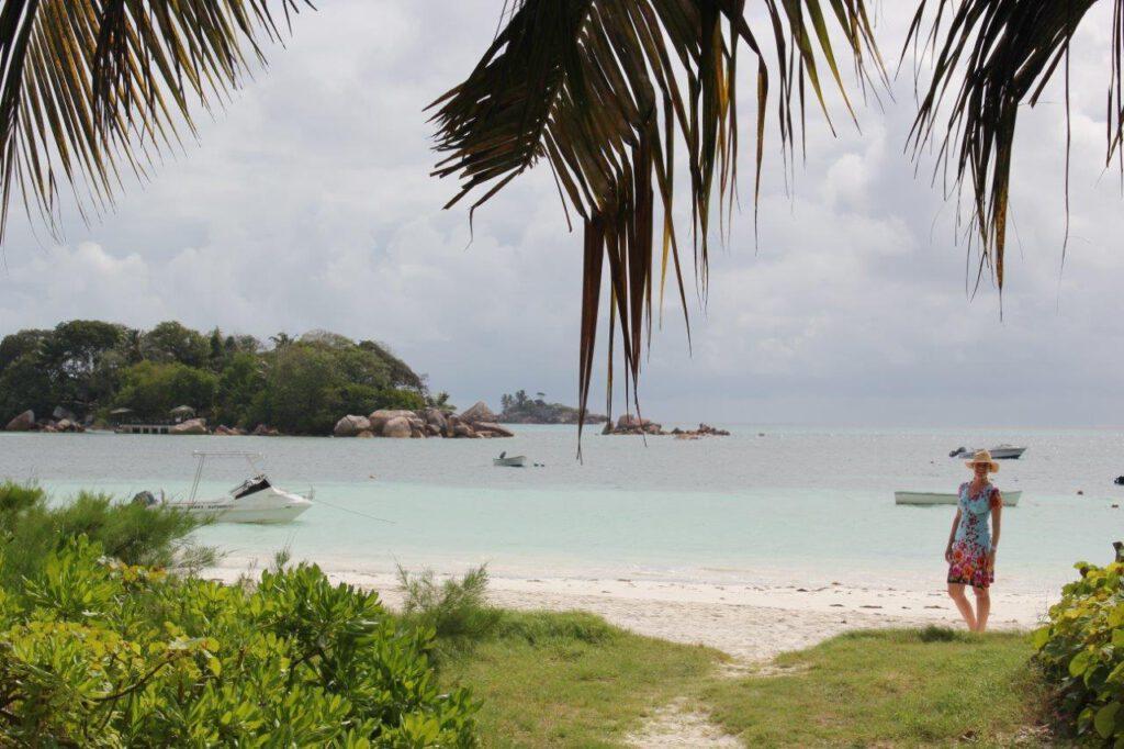 Uitzicht van Rosemary's Guesthouse op Praslin. Is heel iets duurder, maar nog steeds geschikt voor een low budget vakantie naar de Seychellen