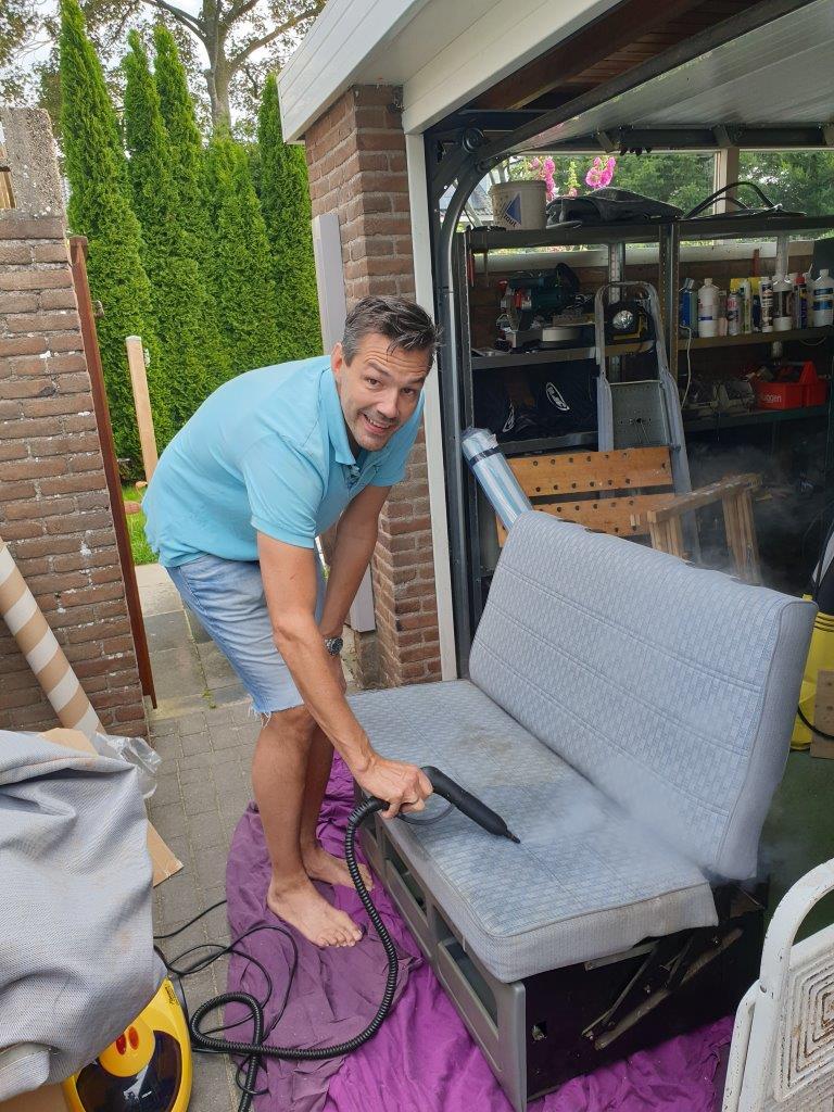 Een stoomreiniger is wel heel handig voor het schoonmaken van vieze bekleding