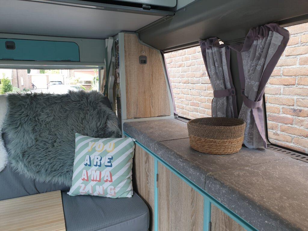 Het 'keukentje' van onze opgeknapte Westfalia-camper