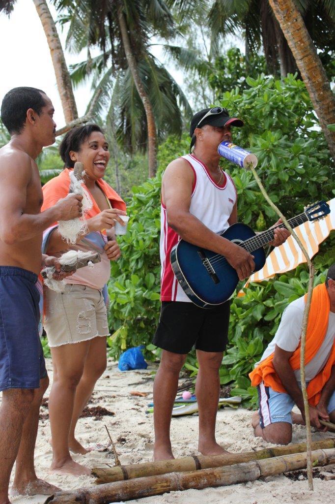 Reisgeluk: een optreden tijdens de typische zondagse barbecue op de Seychellen