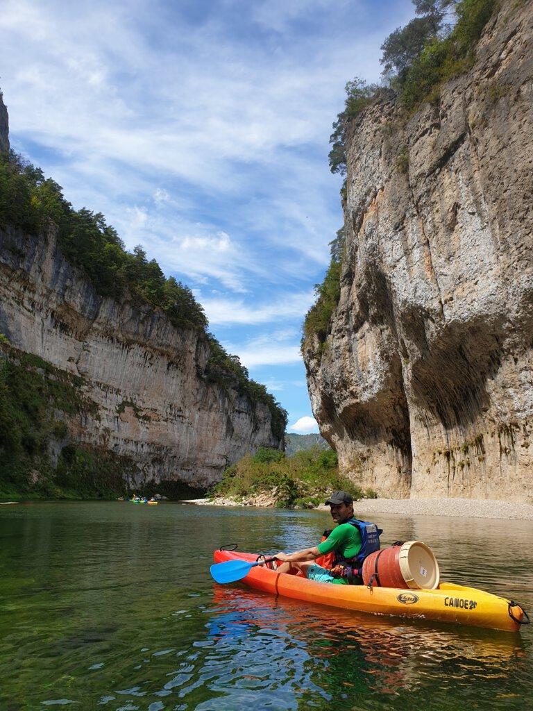 Nog een highlight van het kanoën over de rivier de Tarn: diep ik de kloof langs de kalksteen rotsen