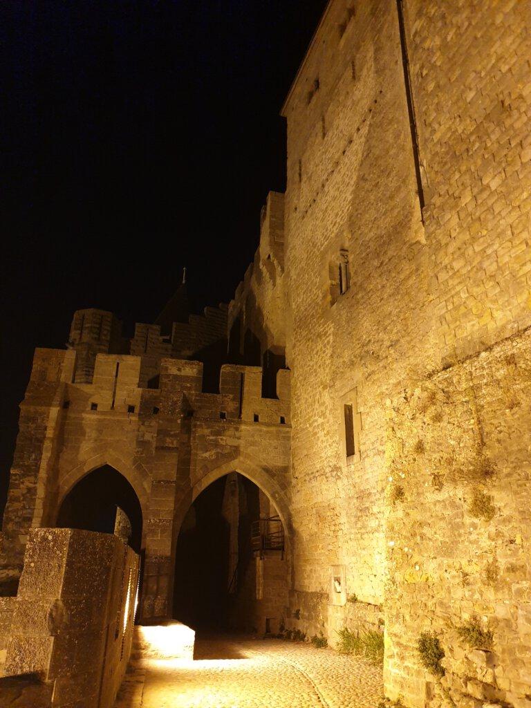 De stadsmuren van Carcassonne by night
