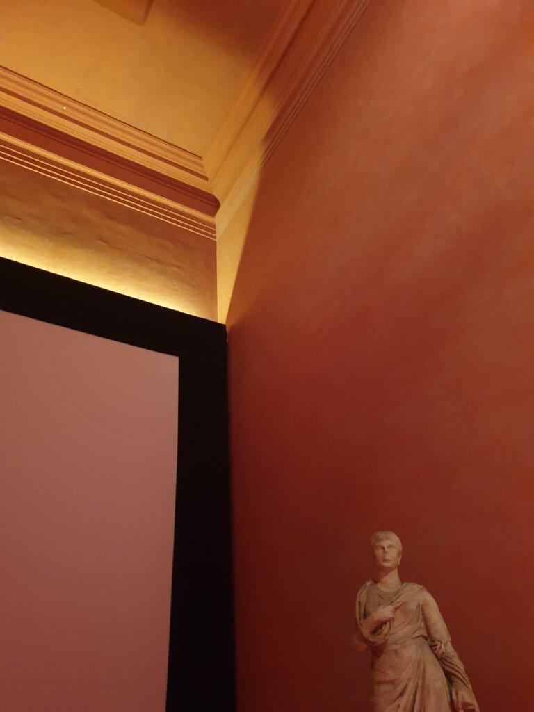 Romeins beeld binnenin Maison Carree in Nimes