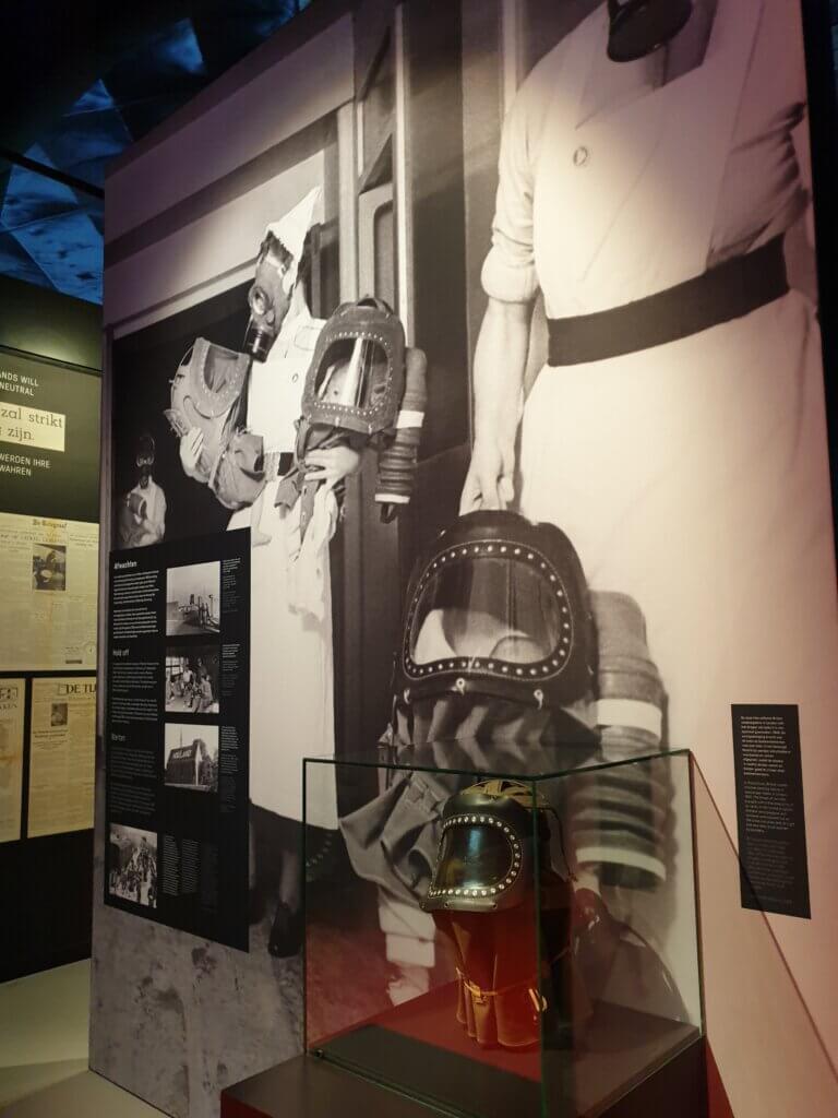 Een gasmasker voor baby's in het Vrijheidsmuseum in Groesbeek