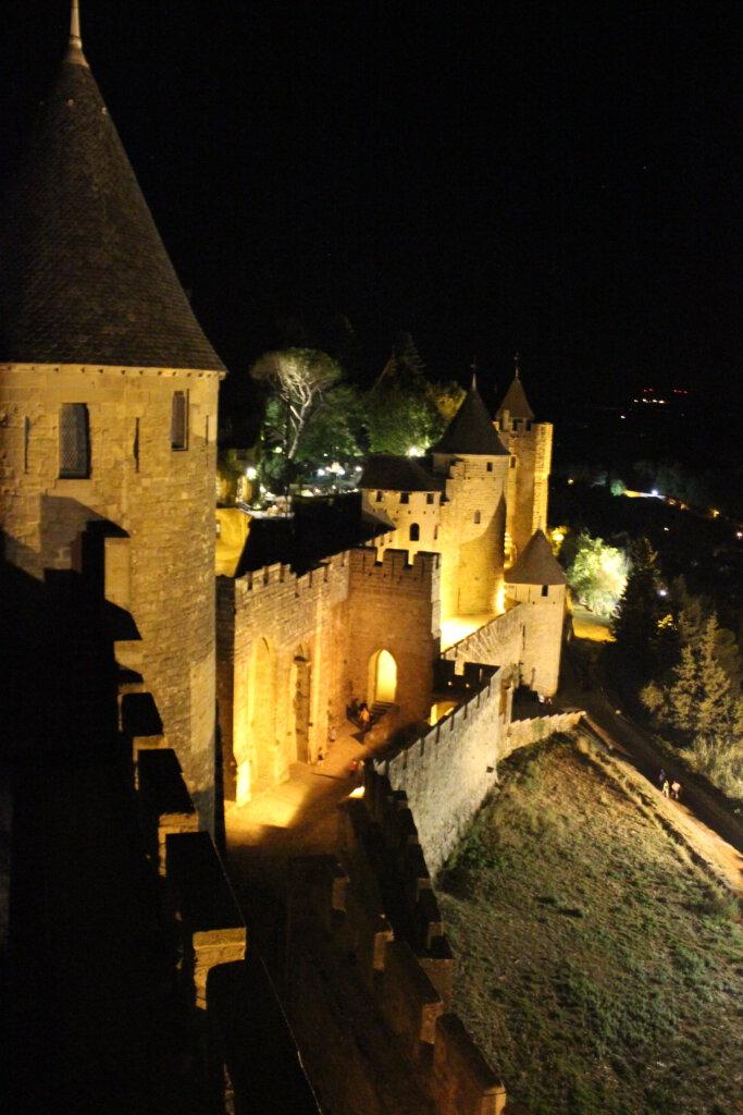 De muren van Carcassonne verlicht in het donker