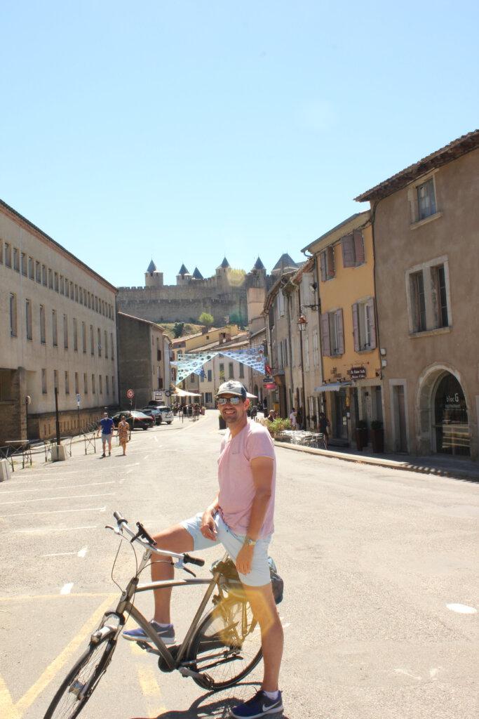 Uitzicht op de ommuurde stad vanuit Carcassonne vanuit de lage stad