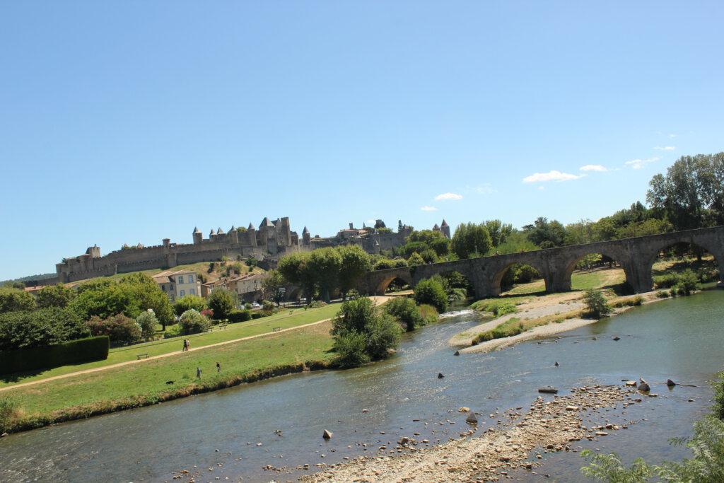 Uitzicht op de oude brug over de Aude in Carcassonne