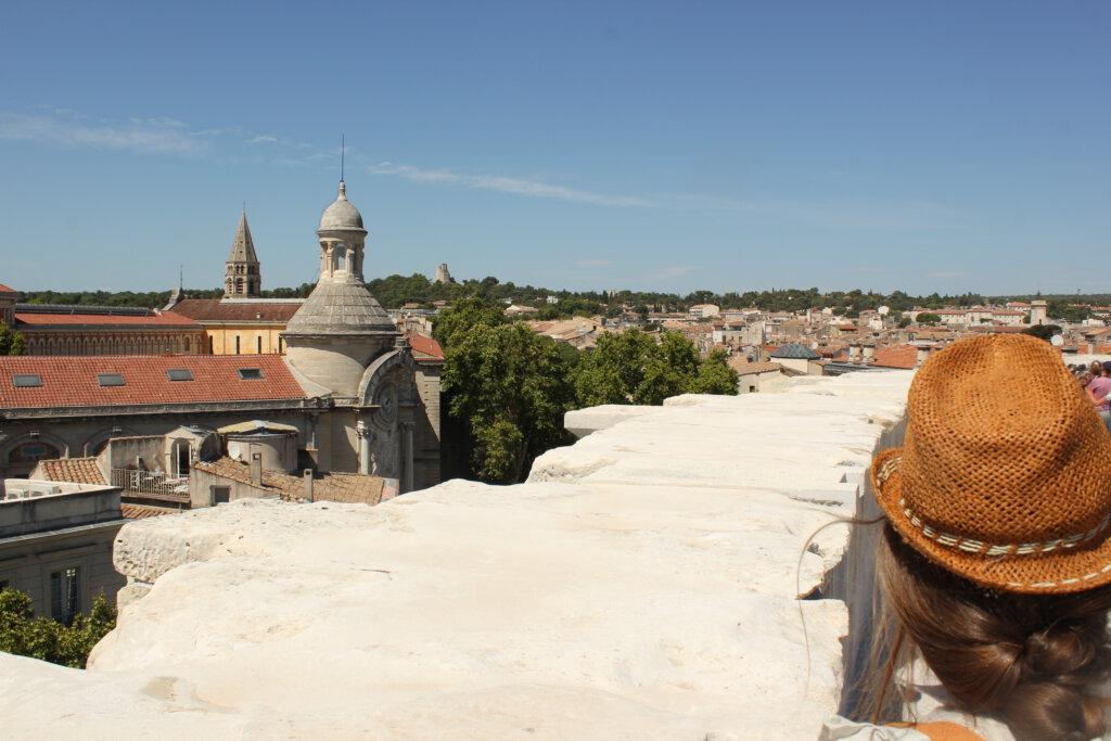 Uitzicht vanaf het amfitheater richting Tour Magne in Nimes