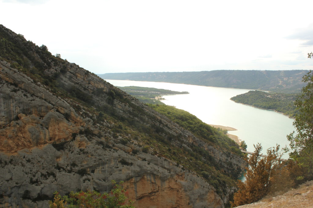 Uitzicht over het stuwmeer Lac de Ste Croix