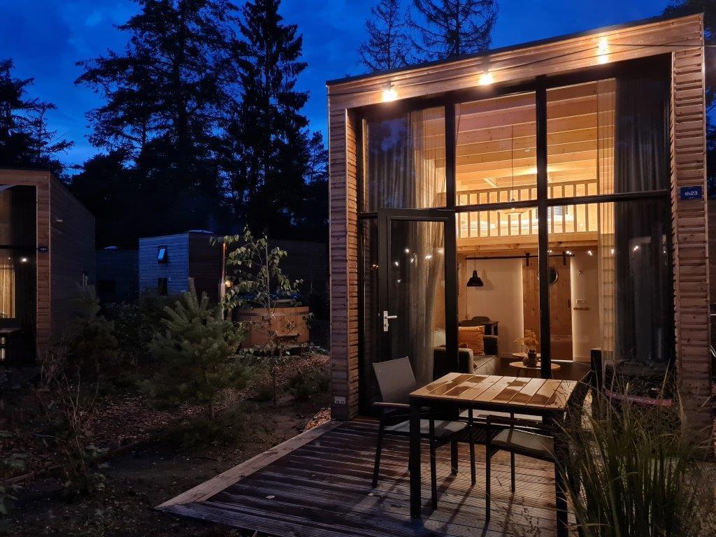 Slapen in een tiny house op de Veluwe: de hottub staat al klaar
