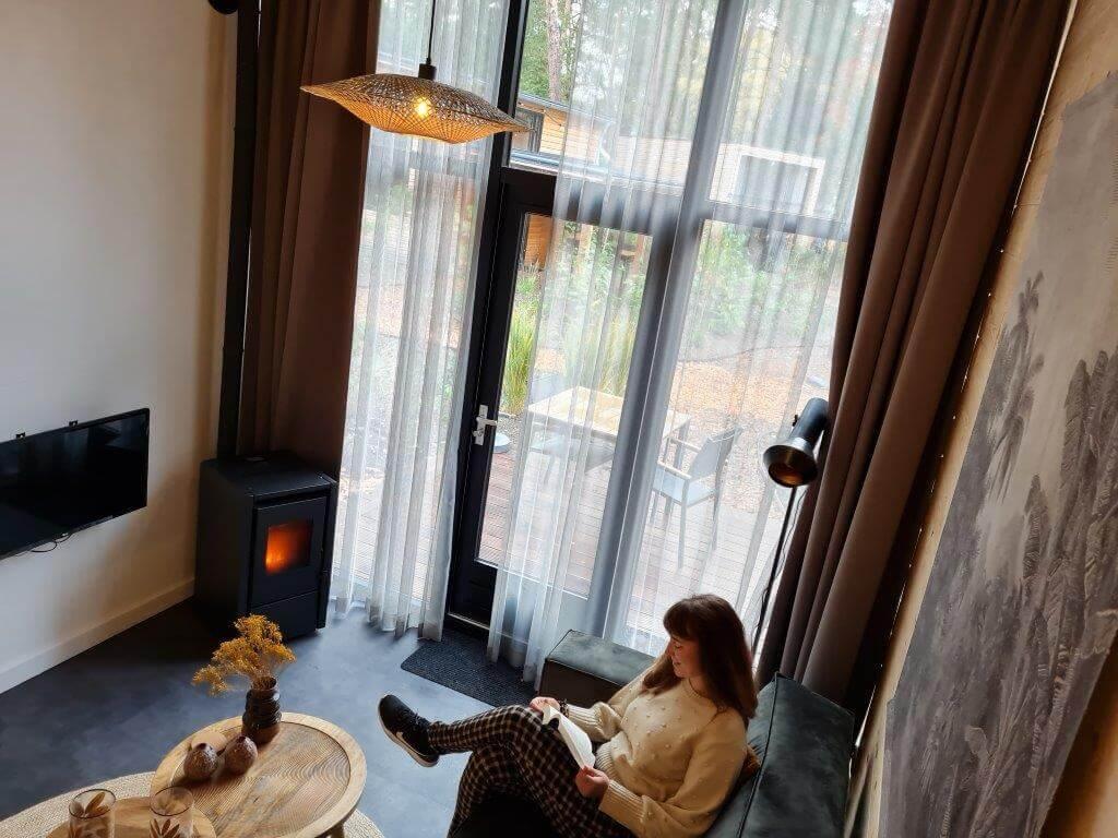 Heerlijk lezen in het tiny house op de Veluwe
