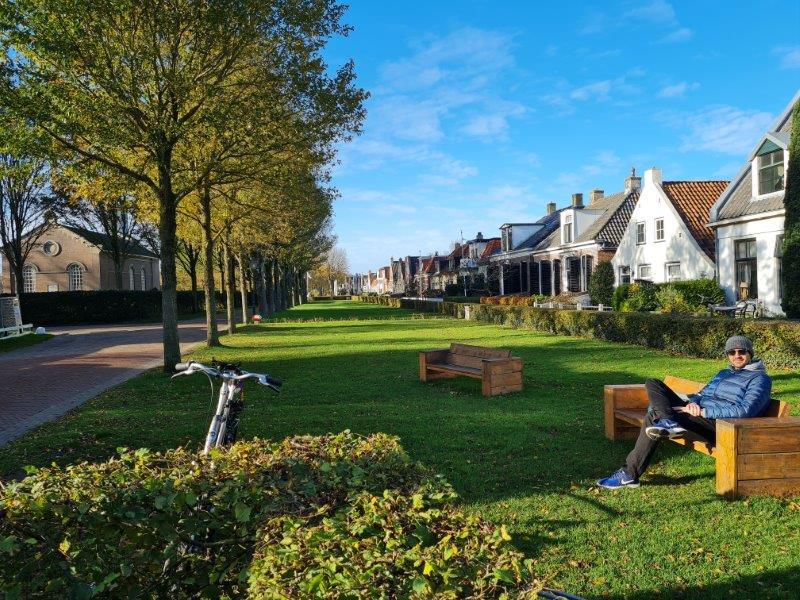 Vakantie op Waddeneiland Schiermonnikoog: genieten van het zonnetje in het dorp