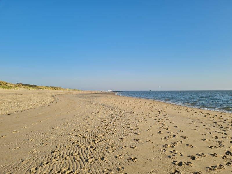 Eén van de 5 activiteiten op Waddeneiland Vlieland: lange strandwandelingen