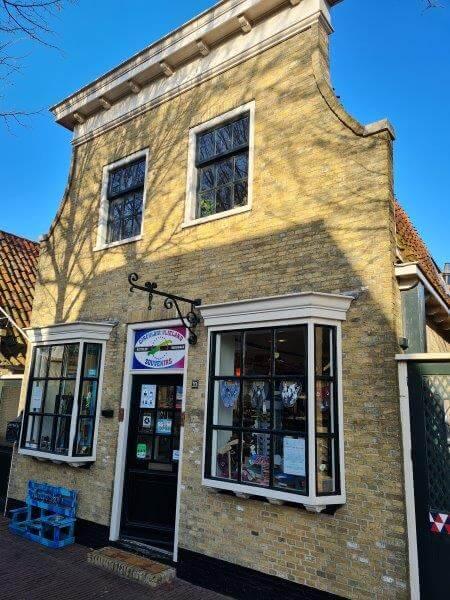 Alle winkels op Waddeneiland Vlieland zitten ook in van die mooie eilanderhuisjes