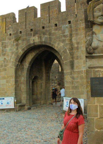 Ik voor Carcassonne met mondkapje op