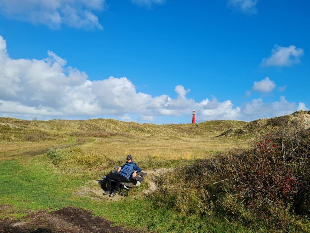 Tijdens een vakantie op Waddeneiland Schiermonnikoog wandelen door de duinen