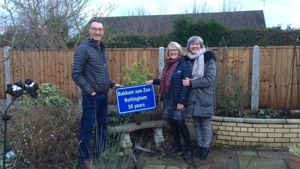 Het bord van 50 jaar vriendschap Bakkum-Nottingham, inmiddels al meer dan 60 jaar!
