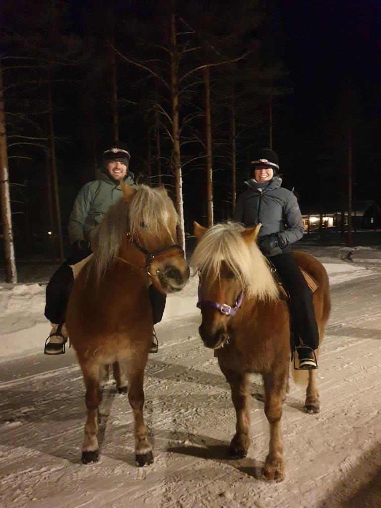 Paardrijden op Finse paarden door de sneeuw