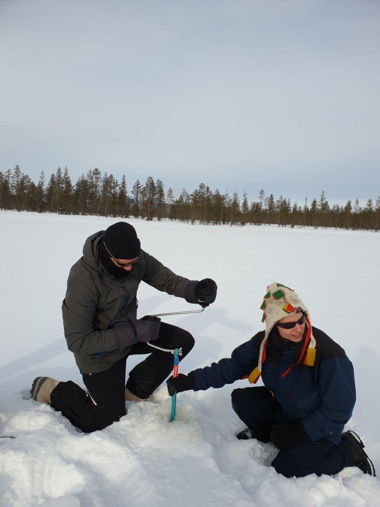 Zelf een gat boren voor ijsvissen tijdens een wintersport in Finland