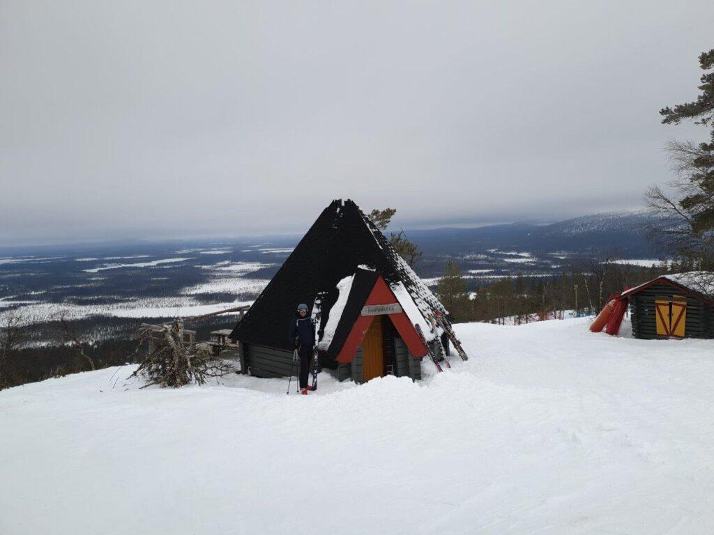 Finse kota aan de rand van de skipiste in Levi Lapland