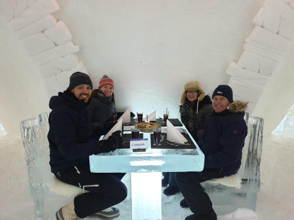 Eten in een ijshotel tijdens een wintersport in Finland