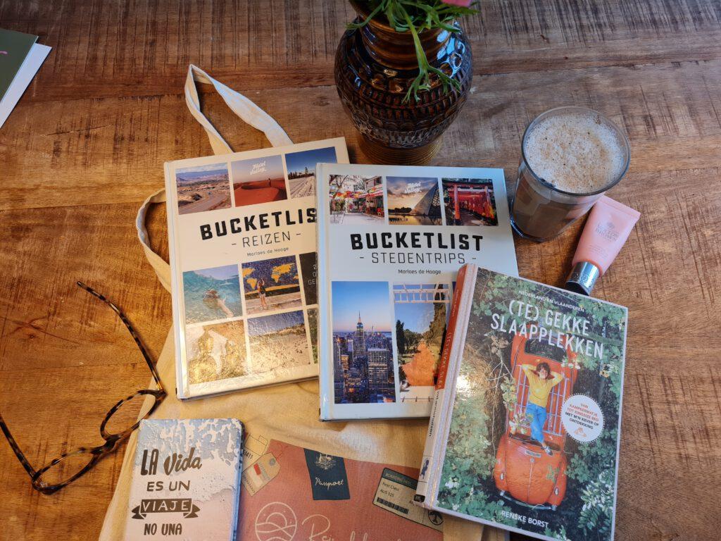 Leuke reisboeken voor inspiratie op de bank