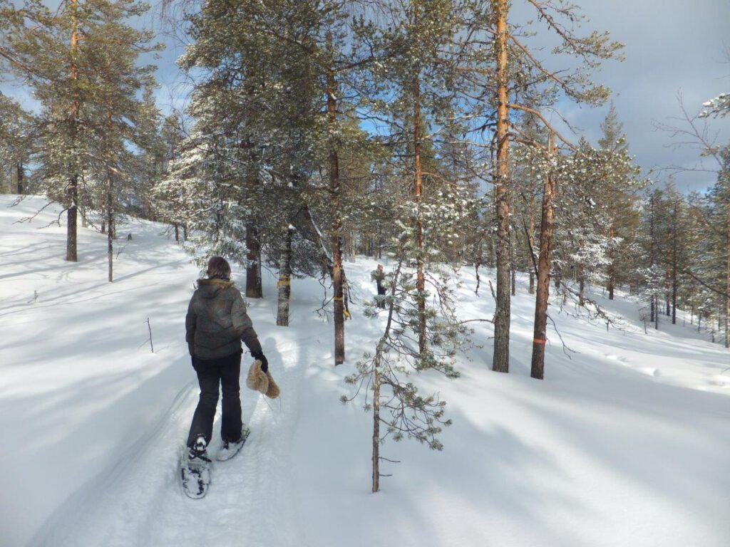 Sneeuwschoenwandelen tijdens een wintersport in Finland