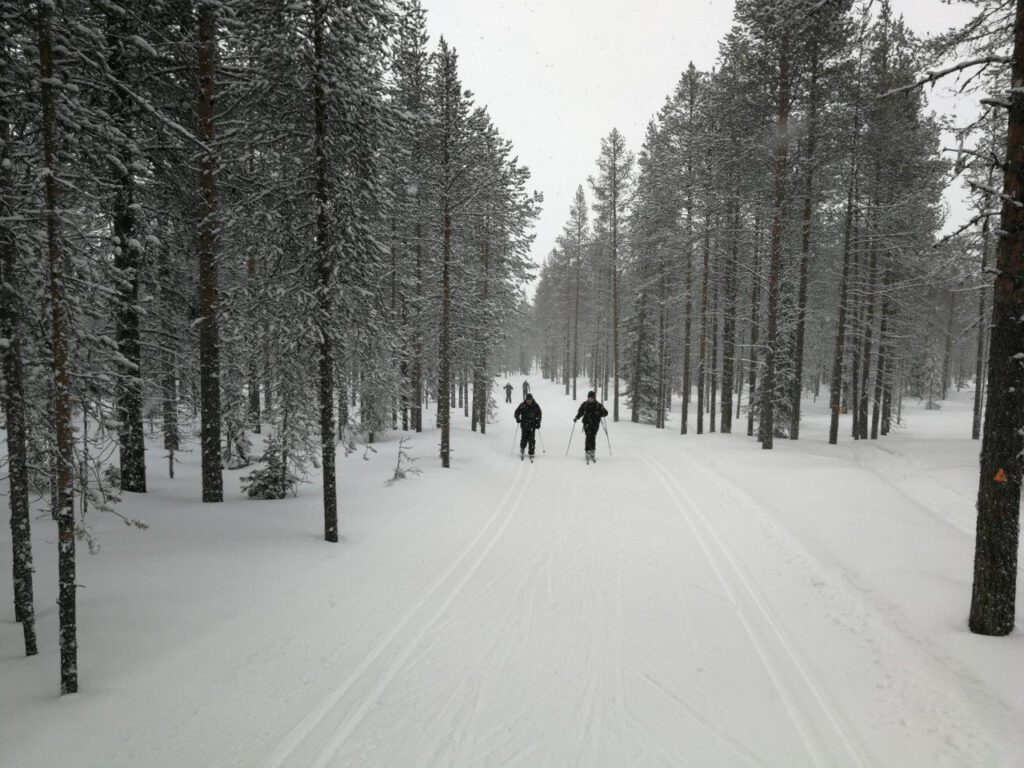 Activiteiten als langlaufen helpen besparen op een reis naar Fins Lapland