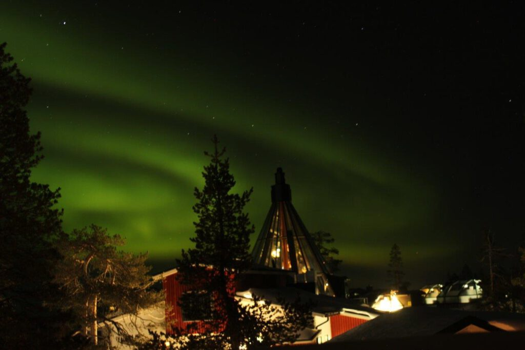 Wintersport in Finland: het Noorderlicht boven Levin Iglut