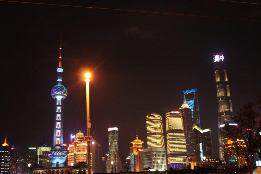 Uitzicht op de skyline van Shanghai vanaf The Bund