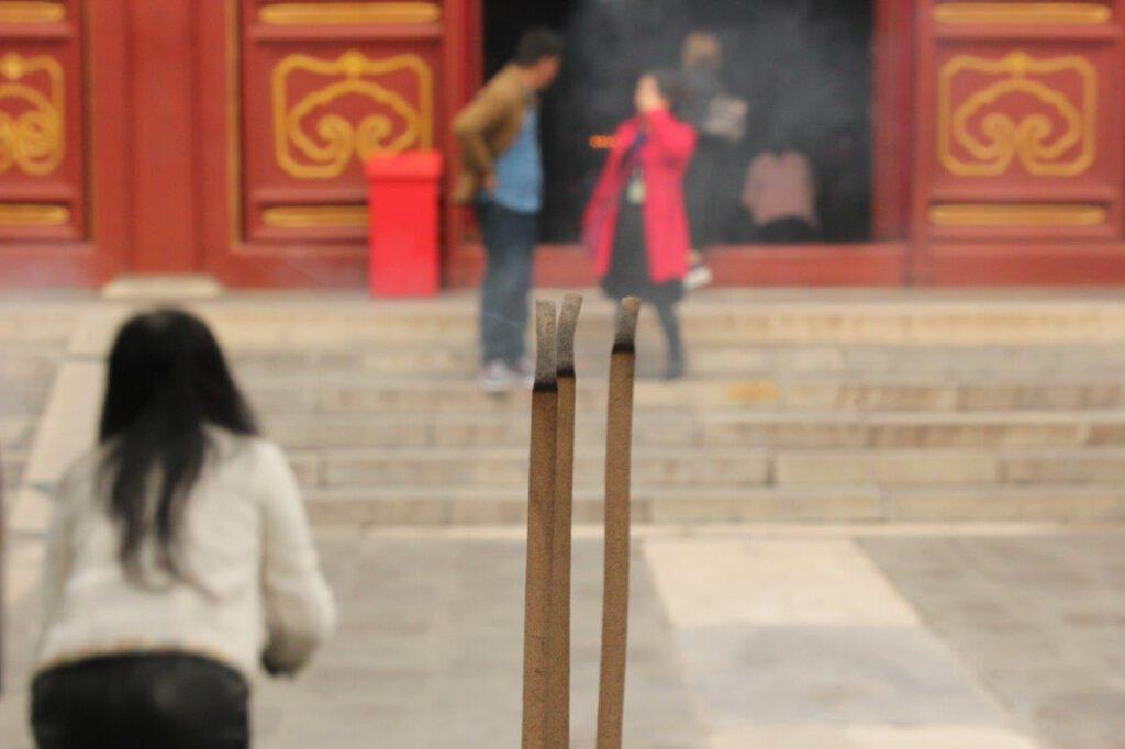 Wierookoffer in de Yonghe tempel in Beijing