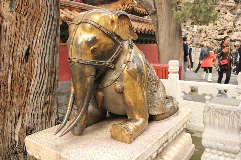Beeld in de Verboden stad: een olifant die zijn poten verkeerd ombuigt voor de macht van de keizer