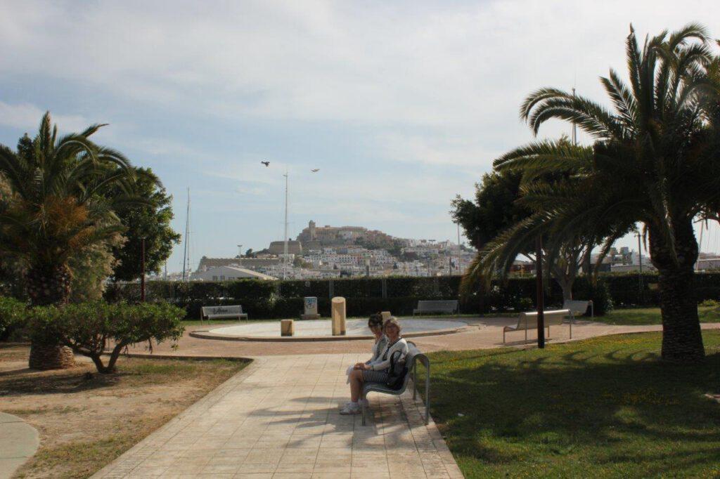 Uitzicht vanaf de jachthaven van Ibiza naar Dalt Villa