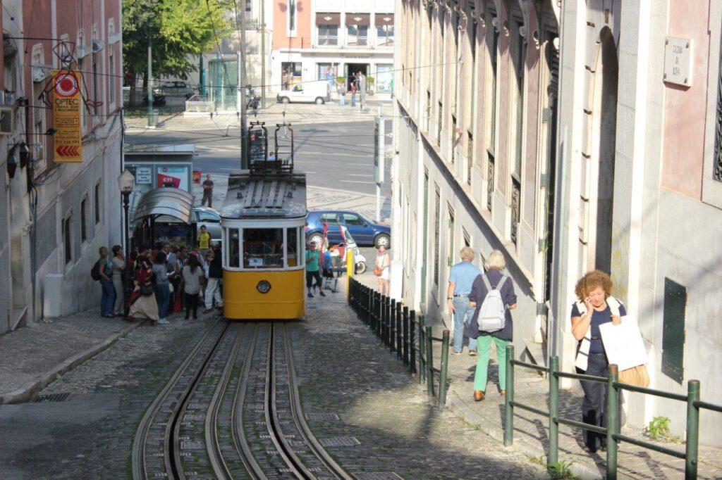 Wandelen door de straten van Lissabon met de oude trams