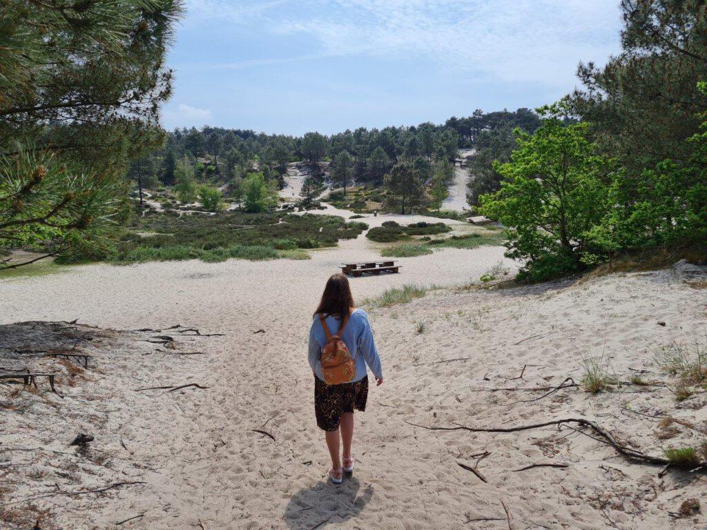 Vakantie aan de Nederlandse Kust wandelen door de duinen van Groet