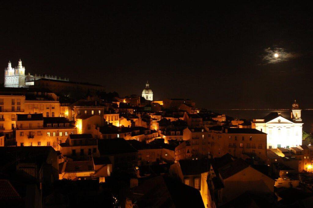 Lissabon by night verlicht door de maan