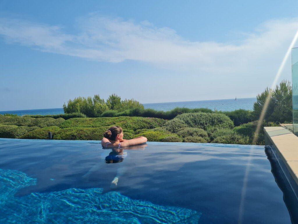 Tijdens een vakantie in Spanje genieten van de infinity pools bij beachclub Infinitum