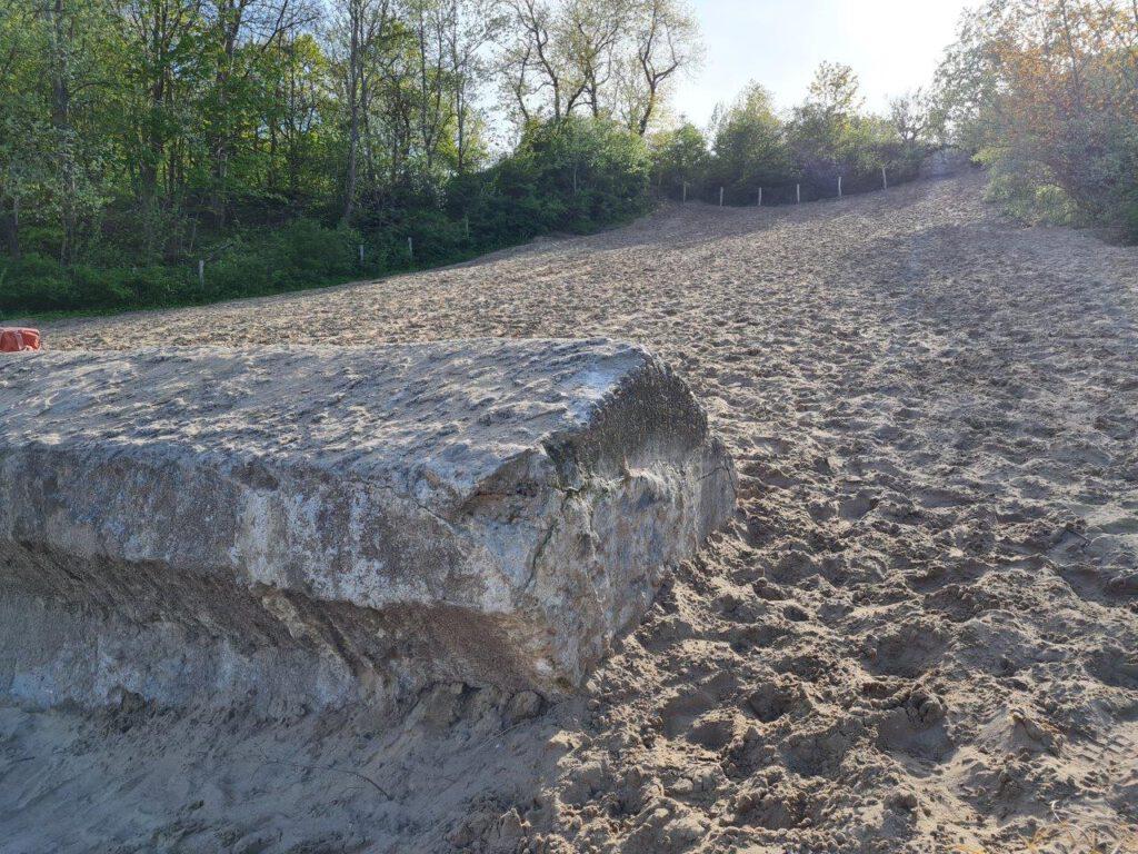 Stuk tankwal in de duinen van Castricum