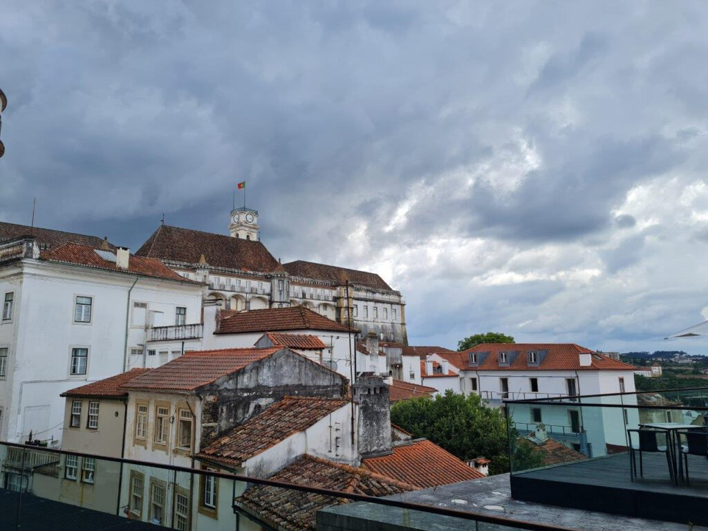 Universiteitsstad Coimbra reizend naar de Algarve bezoeken