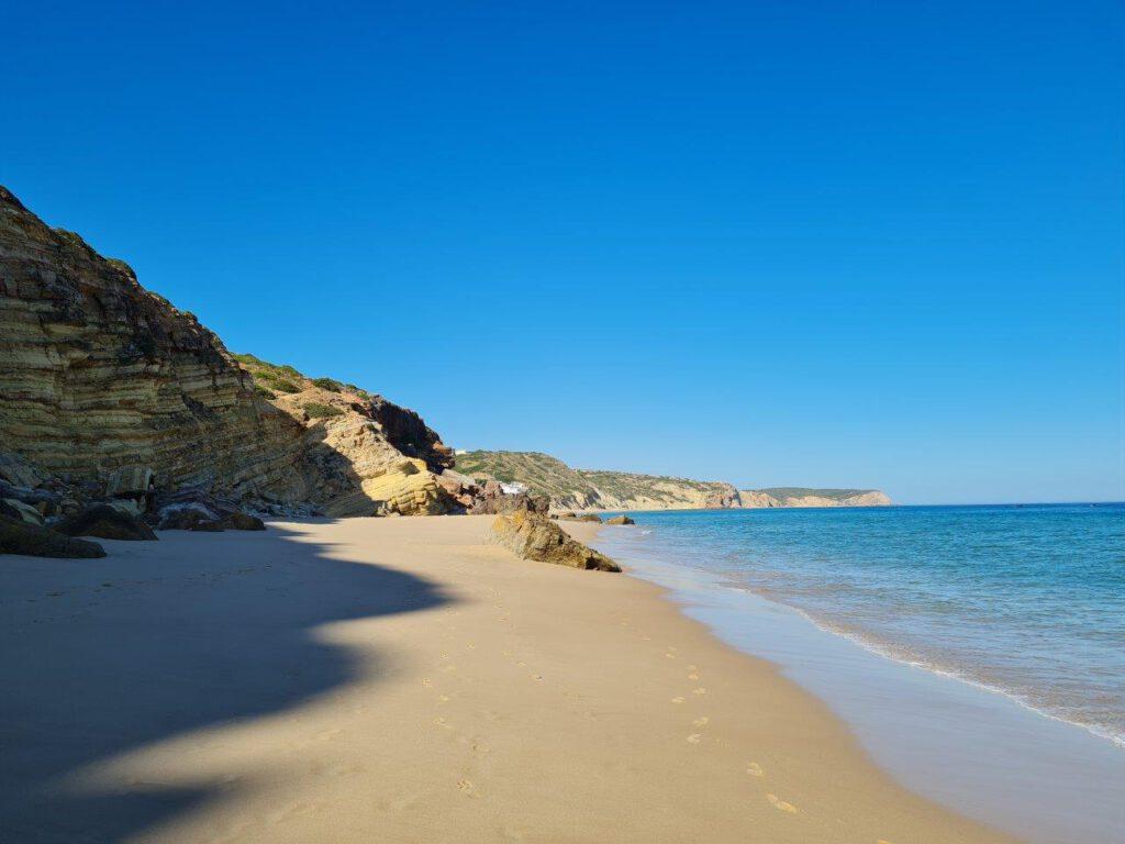 Het strand van Salema tijdens reizen in de Algarve