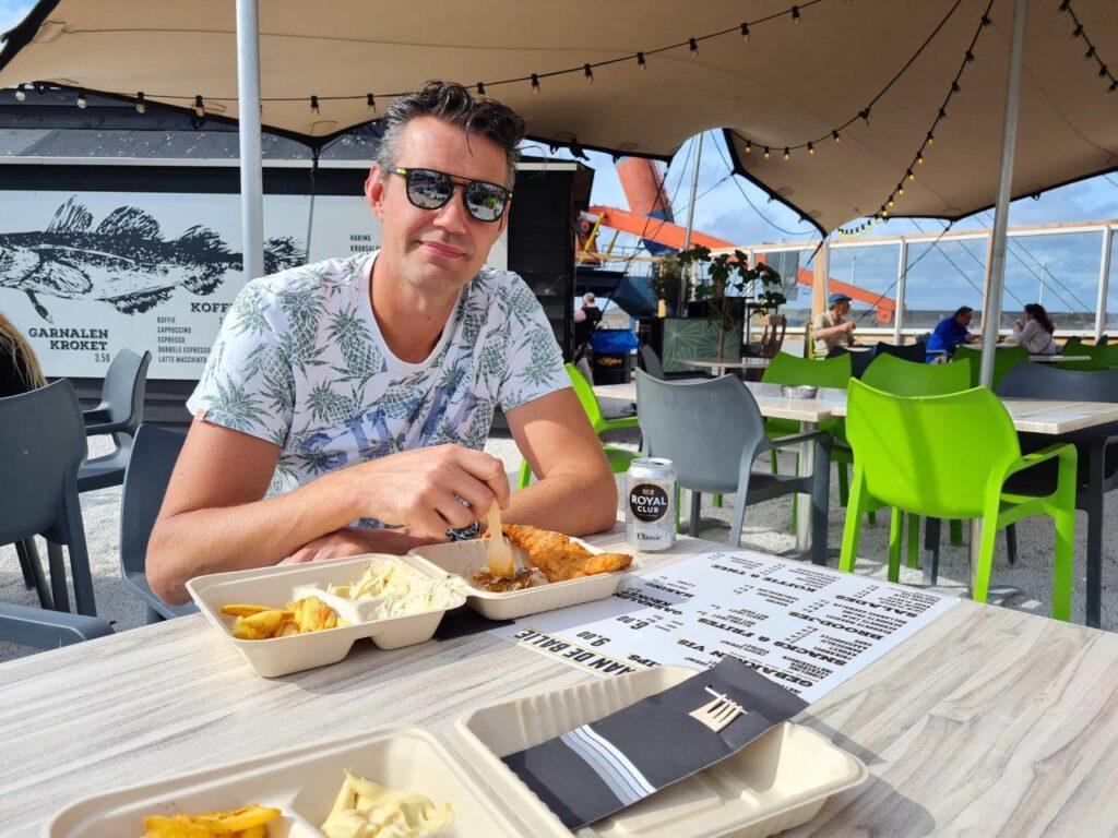 Gebakken vis eten in de haven van IJmuiden