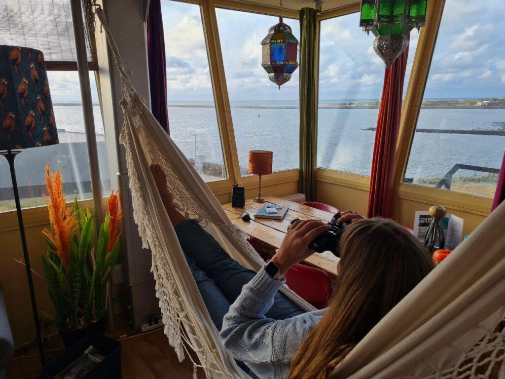 Bootjes kijken vanuit de hangmat in de Seinpoststelling in IJmuiden