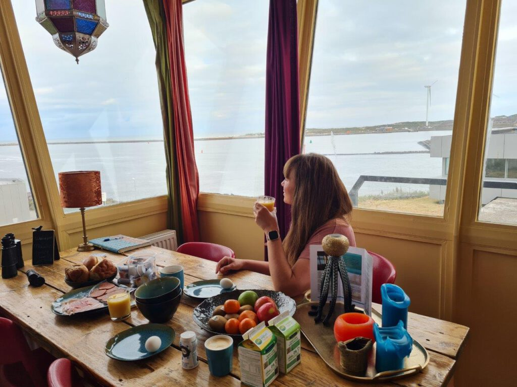 Genieten van een ontbijtje met uitzicht tijdens een weekendje weg aan zee